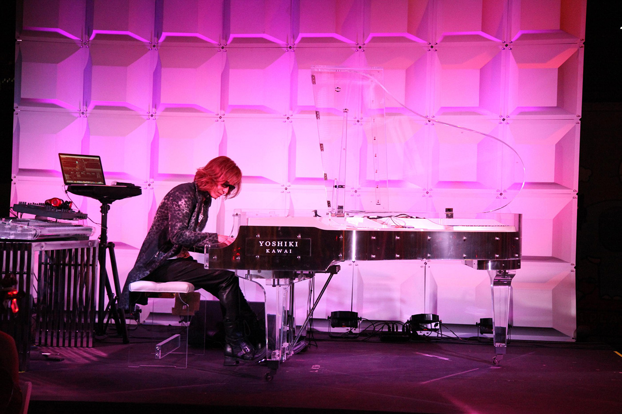 YOSHIKI-playing-Hello-kitty-Theme-song_IMG_0028_r
